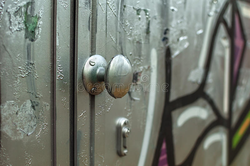 Dörr som täckas i grafitti royaltyfria foton