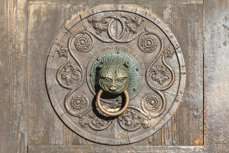 Dörr till domkyrkan av Augsburg royaltyfria bilder