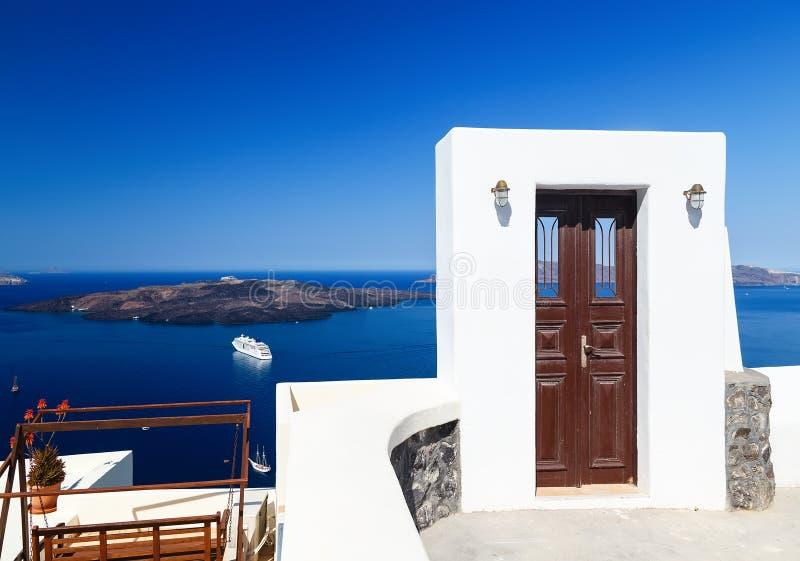 Dörr till ingenstans med sikter av havet och calderaen Ett av symboler av den grekiska ön Santorini royaltyfria bilder