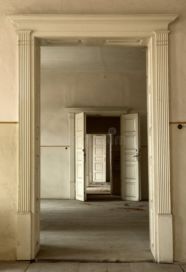 dörrar öppnar möjligheter royaltyfria bilder