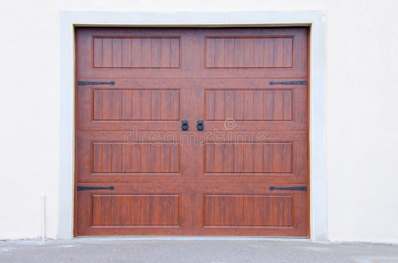 Dörrar för bilbilgarage royaltyfria bilder