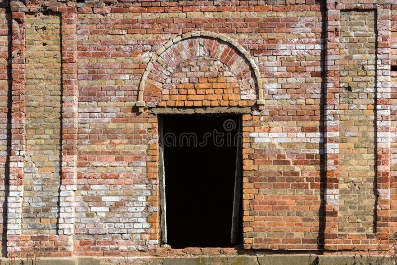 Dörrar i en mycket gammal fästning för röd tegelsten royaltyfria bilder
