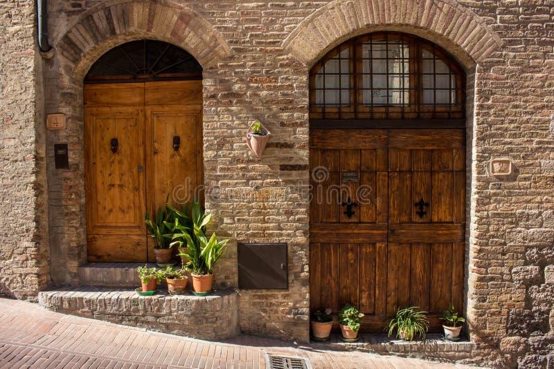 Dörrar i Tuscany arkivbilder