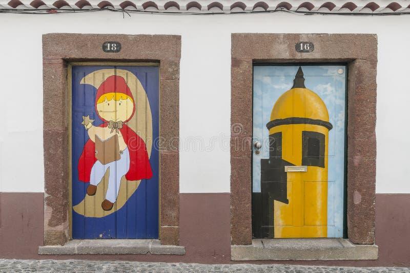 Dörrar med gatakonst arkivfoto