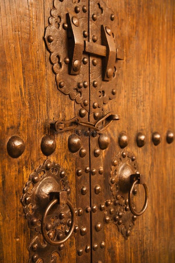 dörrar metal trä arkivfoton