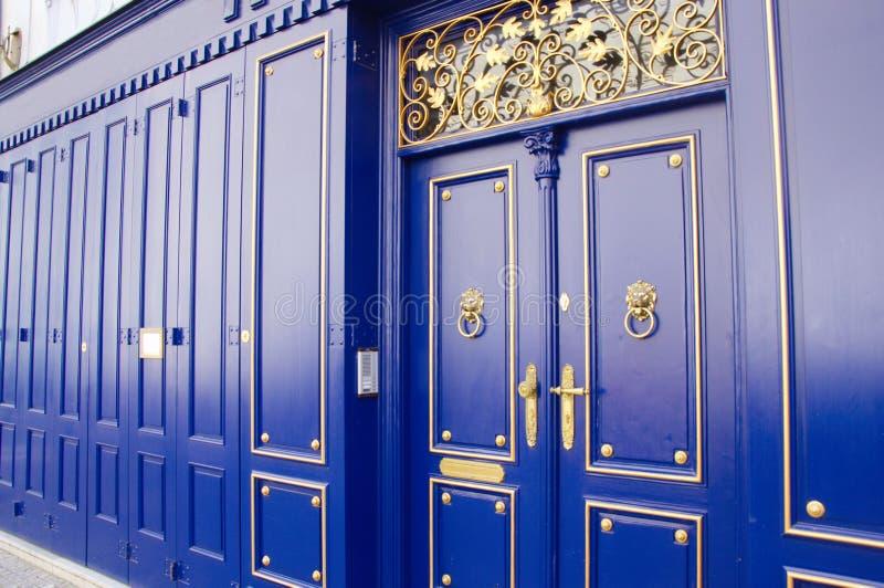 Dörrar och väggar för tappning azura trämed guld- detaljer royaltyfria foton
