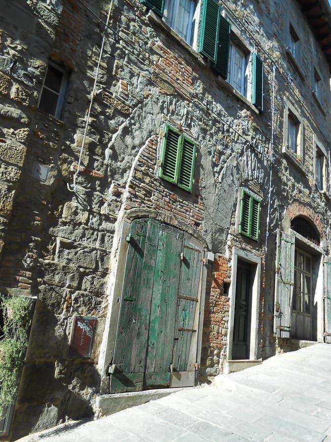 DÖRRAR OCH WINDOWS, CORTONA, ITALIEN royaltyfri fotografi