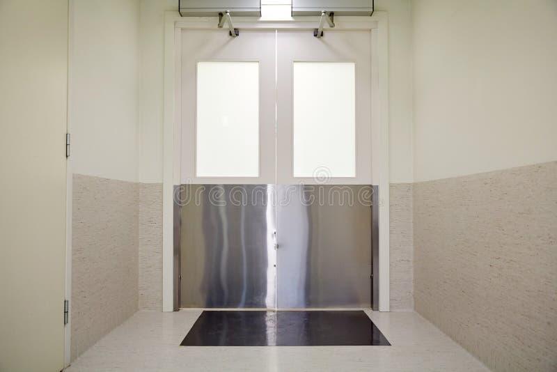 Dörrar på sjukhus- eller laboratoriumkorridoren arkivbild