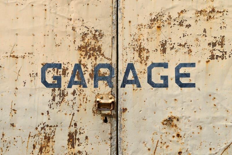 dörrar parkera bilen i garage gammalt rostigt fotografering för bildbyråer