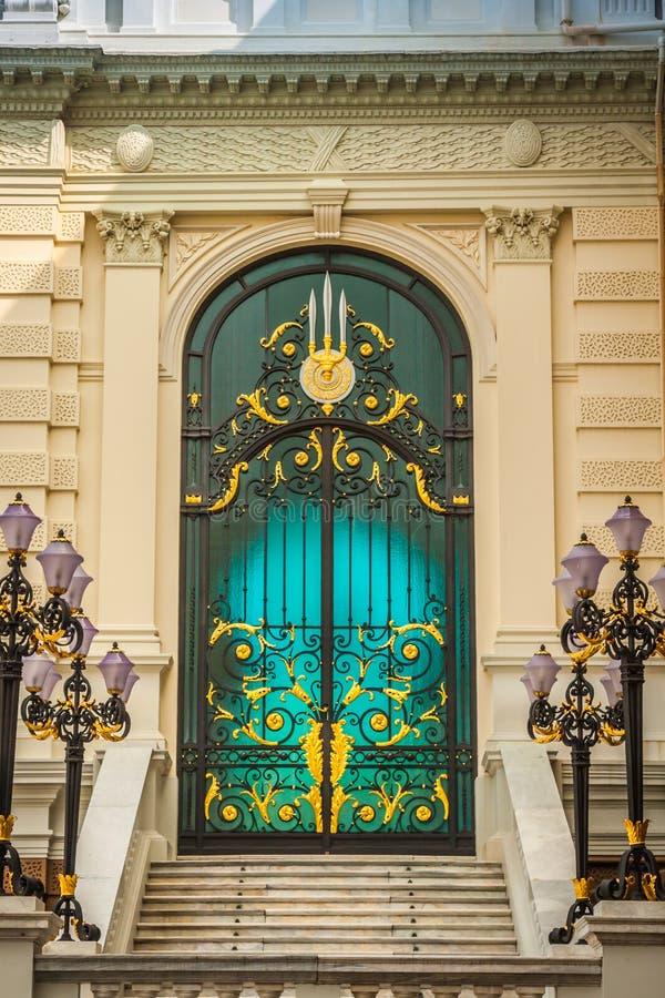 Dörrarna av den storslagna slotten Bangkok Thailand royaltyfri fotografi