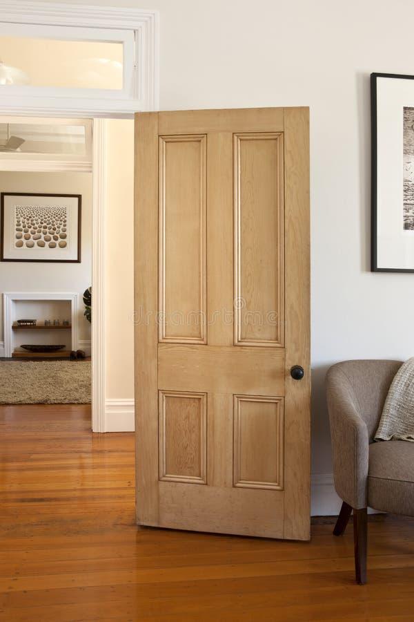 dörrdörröppningsträ arkivfoton