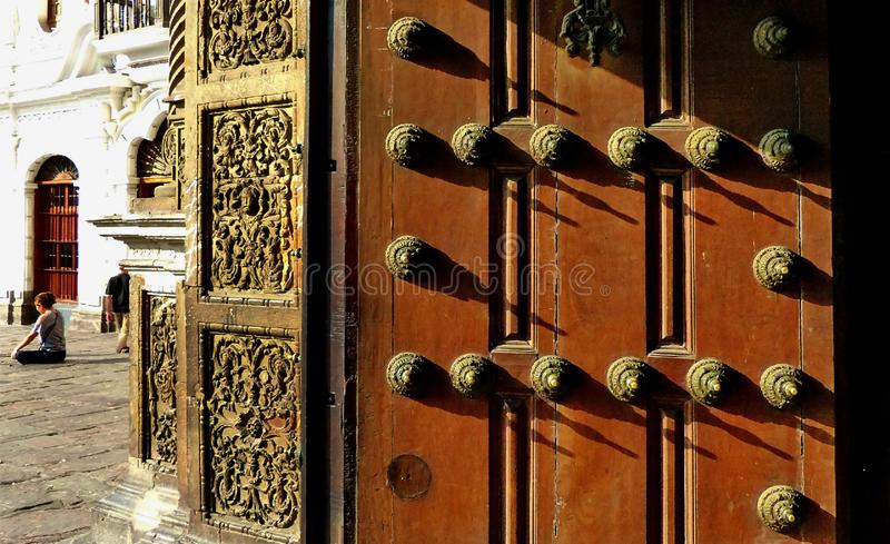 Dörren av Convento de San Francisco eller helgon Francis Monastery, Lima, Peru royaltyfria foton
