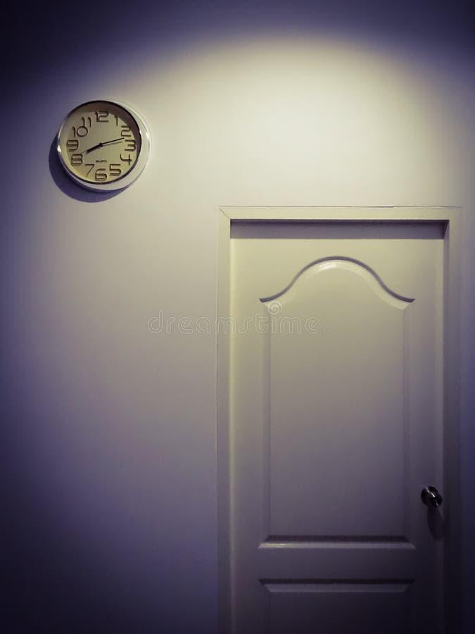 Dörren i det mörka rummet royaltyfri foto