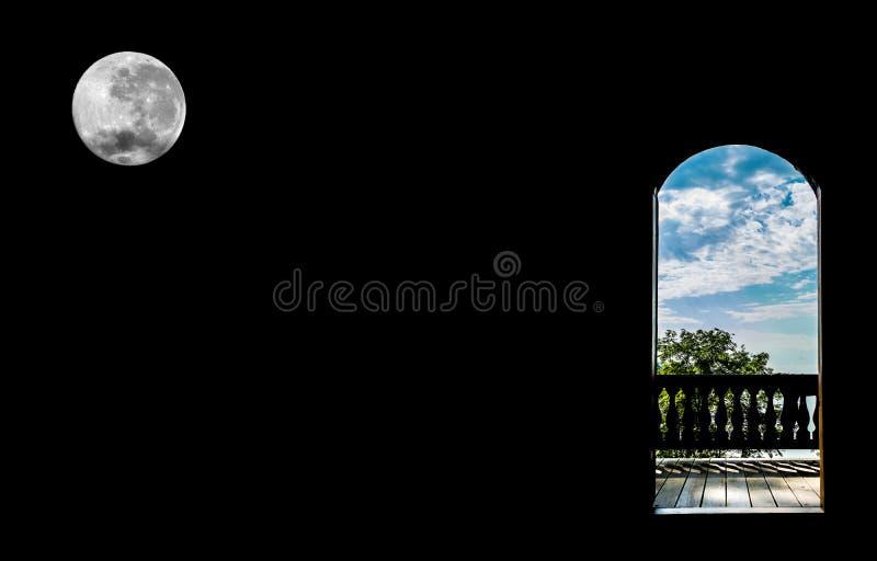 Dörren i form av en båge som förbiser sommarlandskapnaturen på en svart bakgrund med en fullmåne royaltyfri fotografi