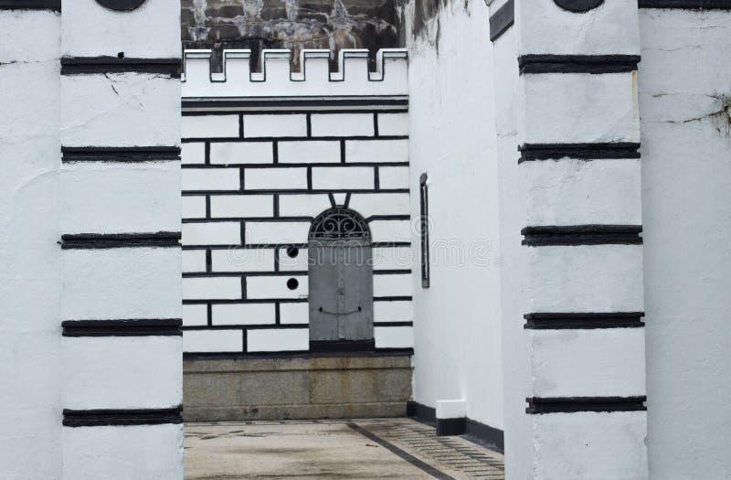 Dörren i grå färger färgar ingången av fortmilitären royaltyfri foto