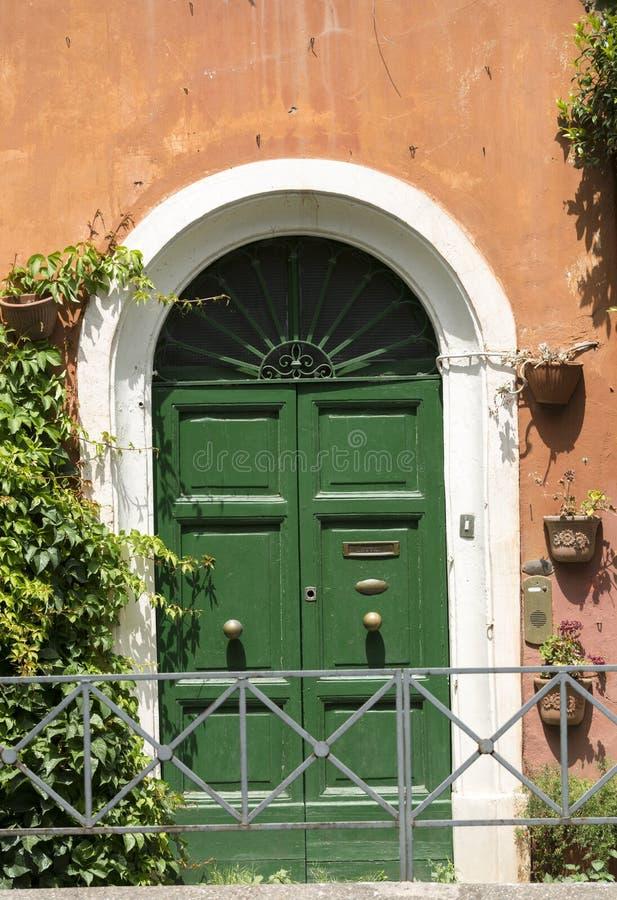 Dörren och beautifully den slitna väggen av ett hus i den Trastevere grannskapen av Rome, royaltyfri foto