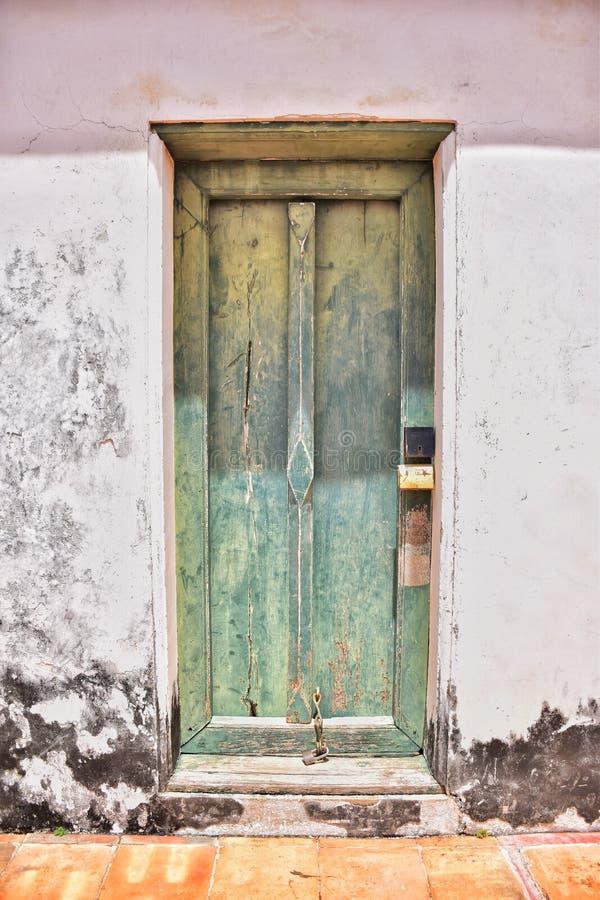 Dörren på den gamla slotten arkivbilder