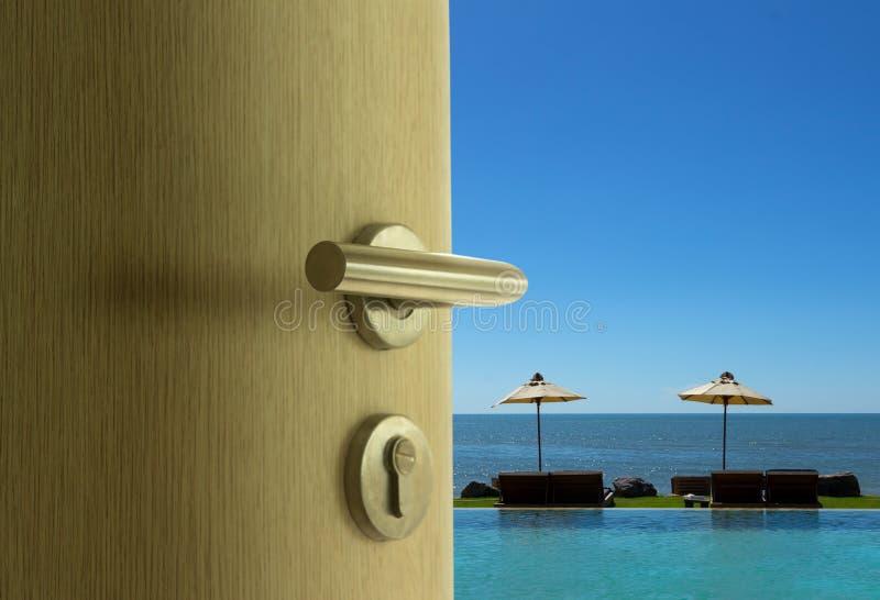 Dörren som är öppen till havssikten i blå himmel fotografering för bildbyråer