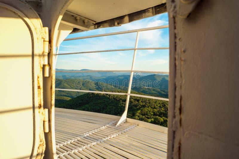 Dörren som förbiser bergen på solnedgången fotografering för bildbyråer
