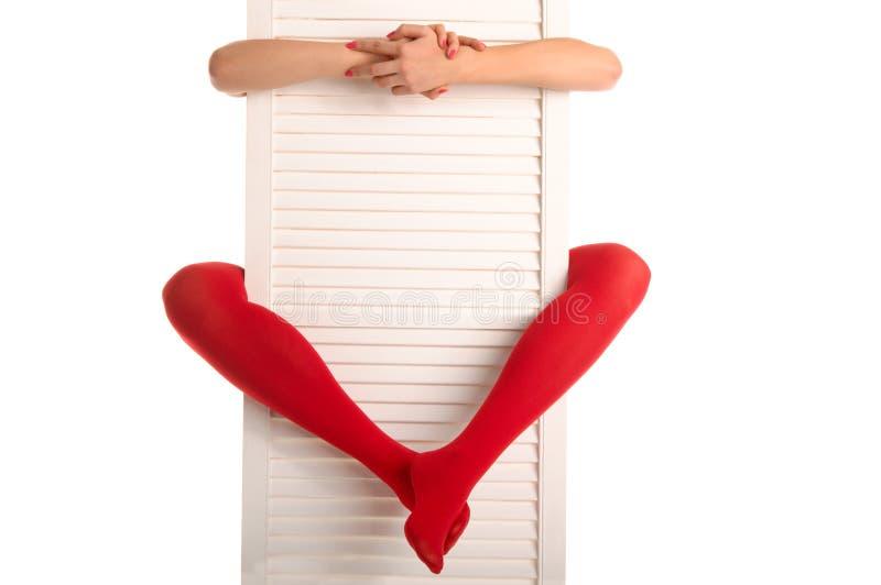 dörrfotkvinnlign hands röda strumpor royaltyfria foton