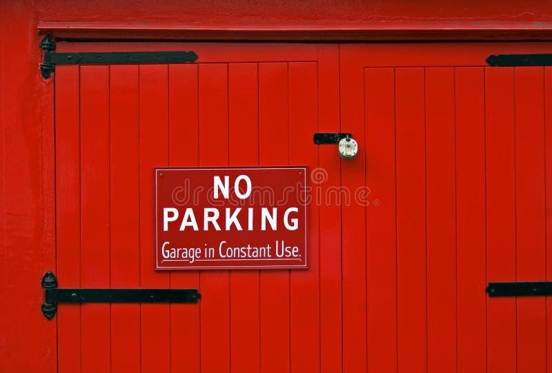 dörrgarage ingen parkeringsred royaltyfria foton
