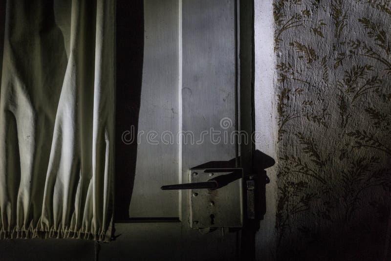 Dörrhandtag för spökat hus på natten arkivbilder