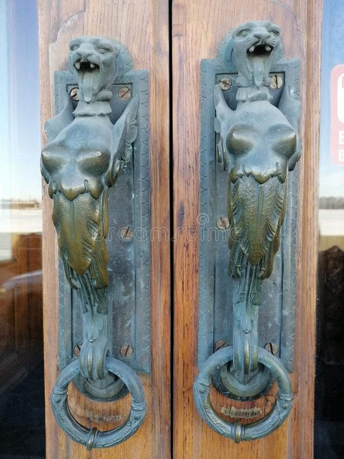 Dörrhandtag i form av ett lejons huvud royaltyfri foto