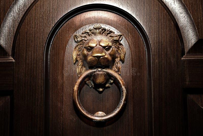 Dörrhandtag, lejonhuvud arkivbilder