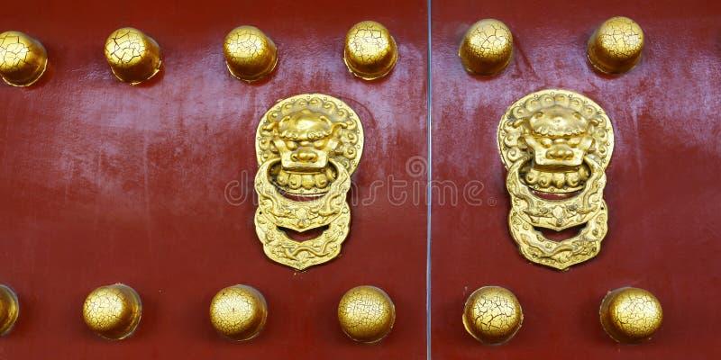 Dörrhandtag med drakedesign arkivbild