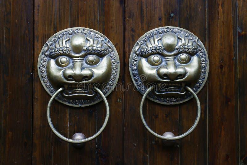 Dörrhandtag med lejondesign arkivfoto