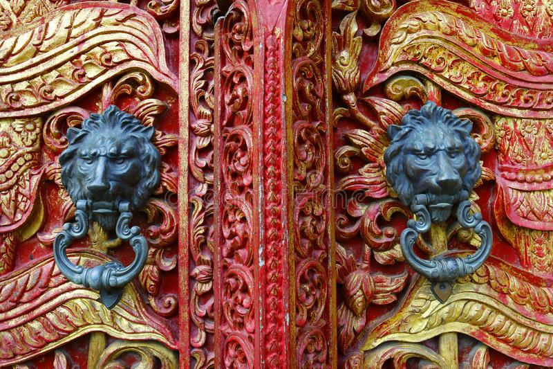 Dörrhandtag med lejondesign på den buddistiska templet arkivbild