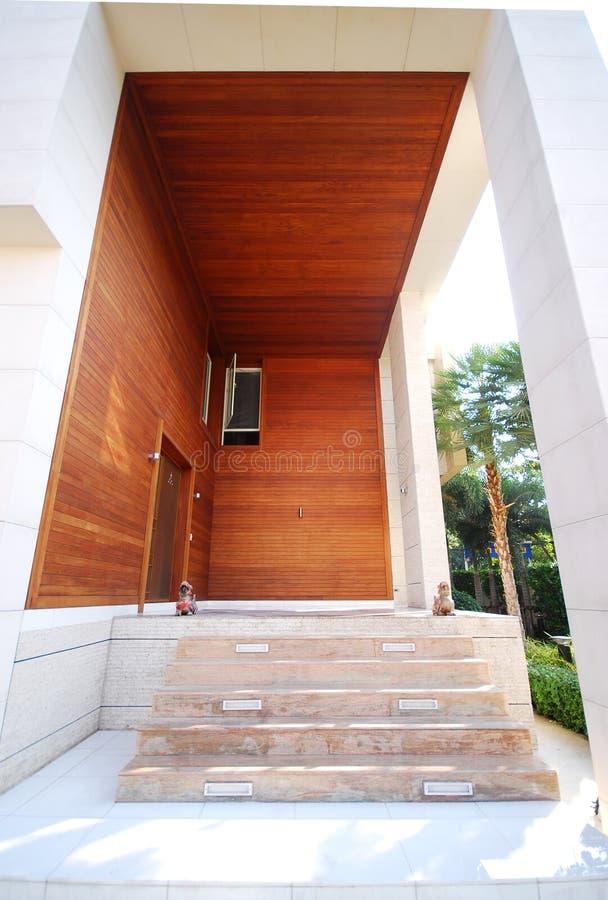 dörrhuset gjorde trä royaltyfria foton