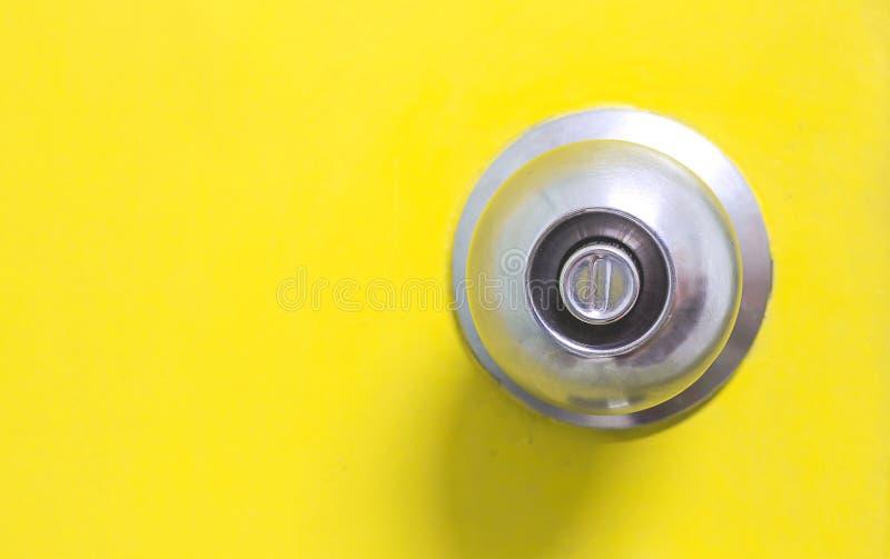 Dörrknopp på dörrbakgrund arkivbilder