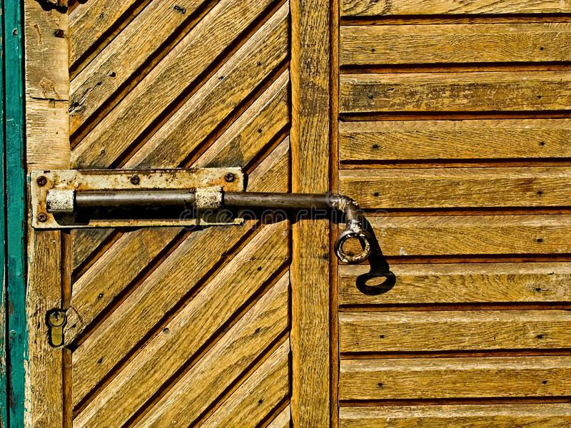 Dörrlås för nyckel- bokslut, nyckelhål, haspbult Samling av retro lås för gammal tappning på den texturerade kulöra dörren Närbil fotografering för bildbyråer