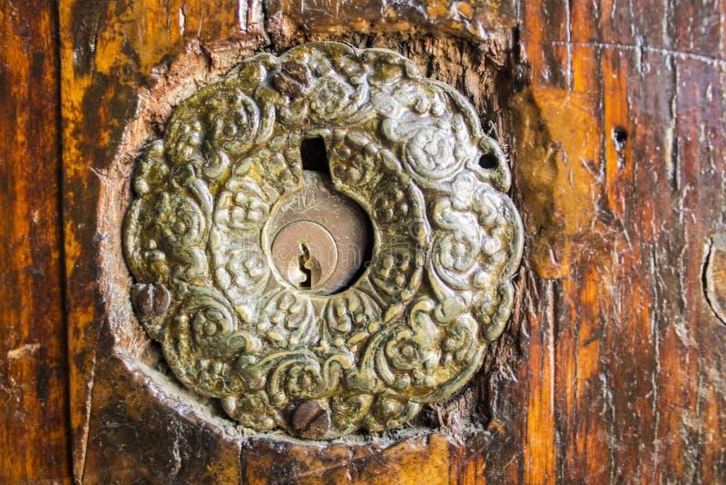 Dörrlås på en mycket gammal dörr i Istanbul, Turkiet royaltyfri fotografi