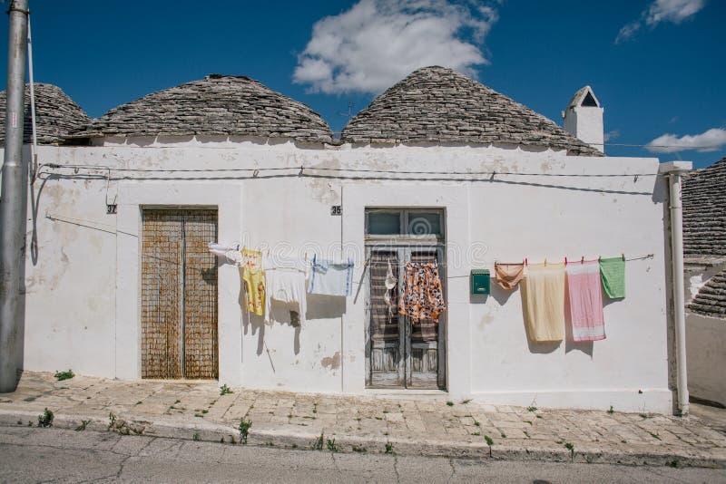 Dörrnd-fönster i gator för Trullo trullistad i Italien arkivfoton
