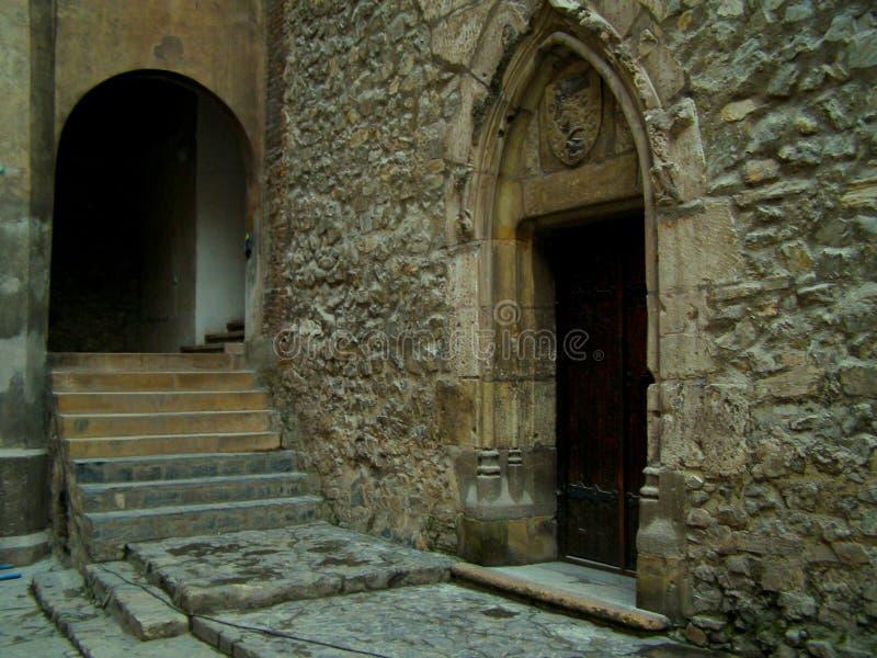 Dörrpassage i medeltida slott royaltyfri bild