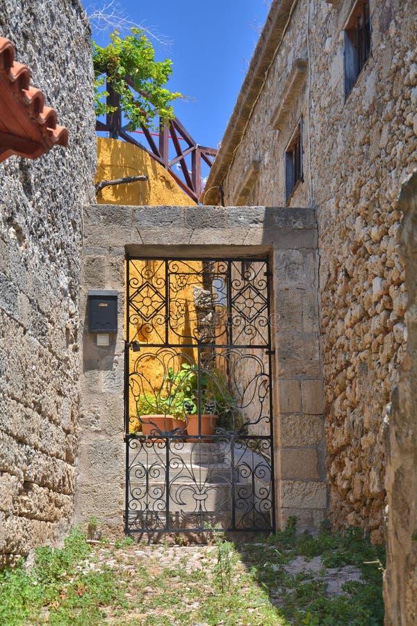 Dörrport till gården i den Rhodes staden royaltyfria foton