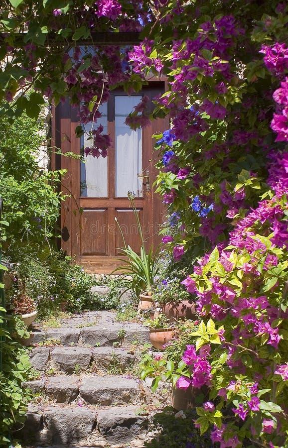 dörrtrappan stenar trä arkivfoto