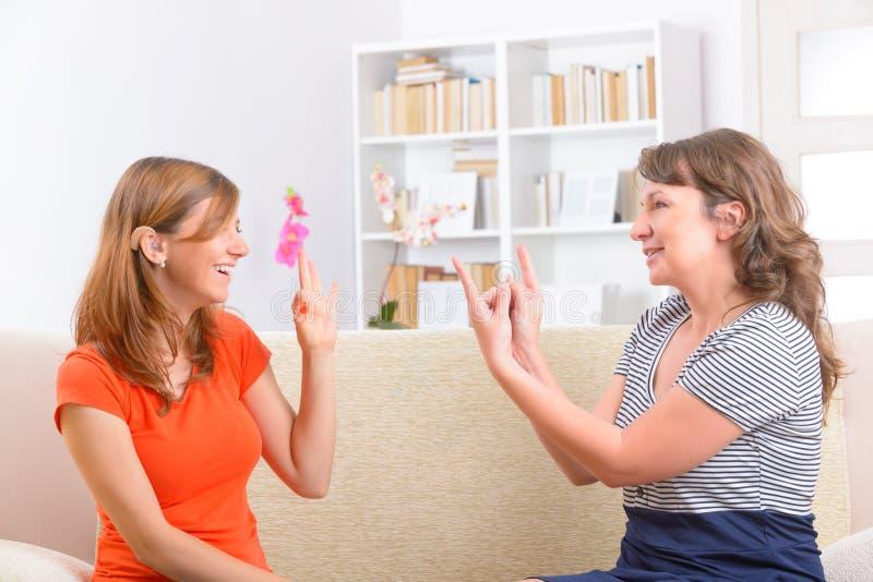 Döv kvinna som lär teckenspråk royaltyfri foto