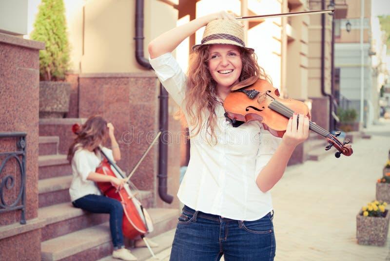 Dúo de las cadenas de las mujeres que toca el violín fotografía de archivo libre de regalías