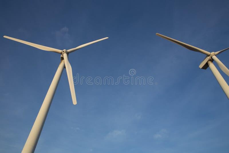 Dúo de las turbinas de viento fotos de archivo libres de regalías