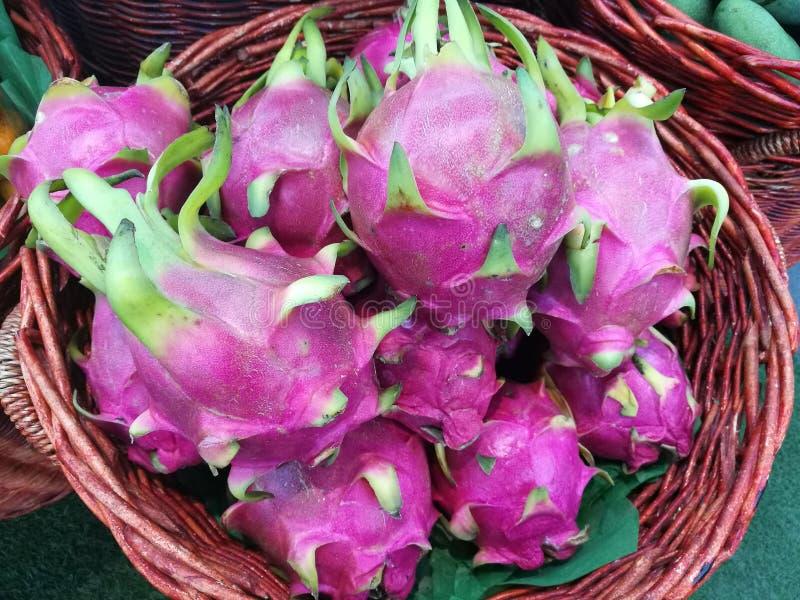 Dúzia do fruto do dragão na cesta no supermercado, pilha do fruto do dragão no mercado fotografia de stock