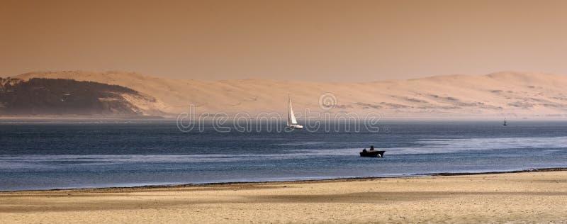 Düne von Pyla und von Segelnboot stockbilder