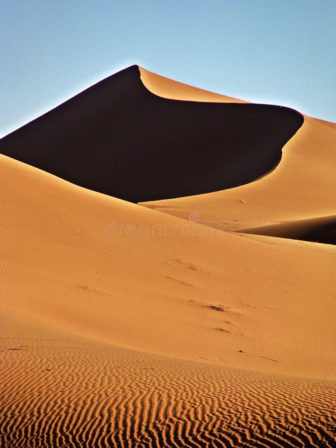 Dünen in der Marokkanersahara-Wüste lizenzfreies stockbild