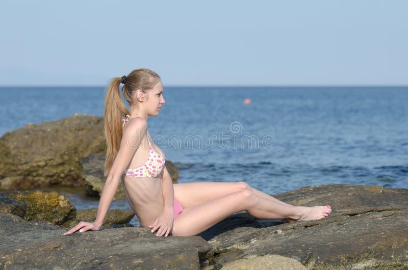 Dünne attraktive Blondine auf Strandabnutzungsbikini stockfotos