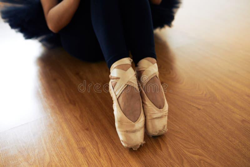 Dünne Beine der Ballerina stockfoto