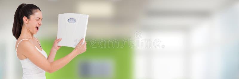 Dünne gesunde Frau, die wiegende Skalen hält stockfoto