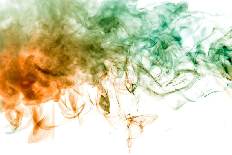 Dünne glatt Windenströme des farbigen Rauches lösen sich auf einem weißen Hintergrund wie dem Aquarell auf, das mit Orange und Gr lizenzfreie abbildung