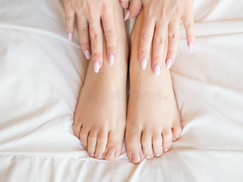 Dünne, perfekte und schöne gekreuzte Frauenbeine auf Bett Geerntetes Bild von auf Bettschönheit erotisch herein liegen stockfotos